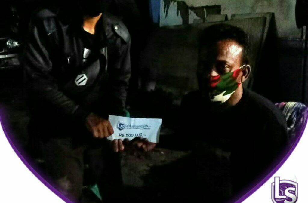 LS Jakarta : Ekseskusi Sedekah – Santunan kepada Pak Adi  berprofesi sebagai juru parkir disebuah supermarket di daerah Telukgong, Pejagalan, Jakarta Utara